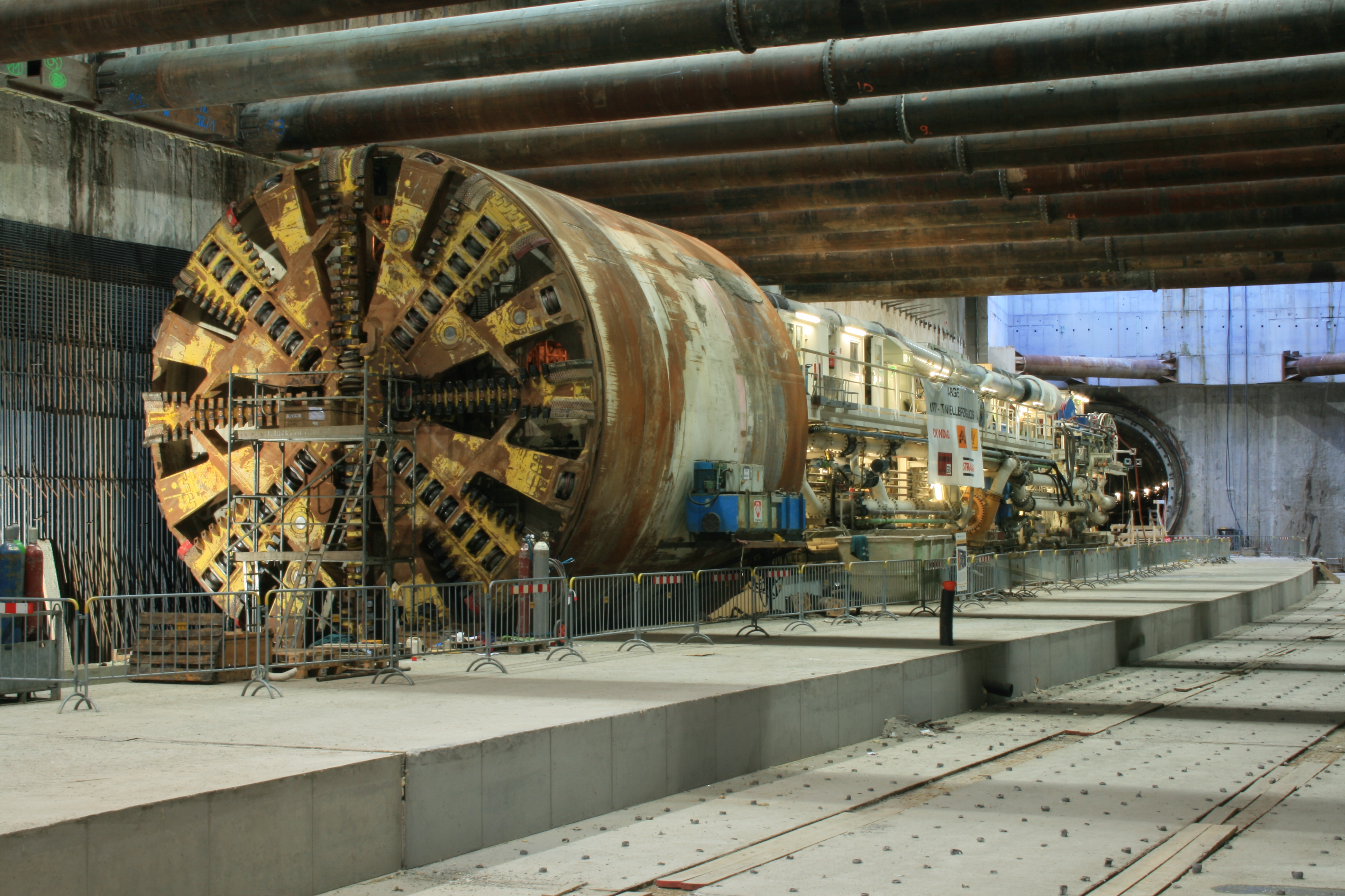 Advancing with the tunnel boring machine